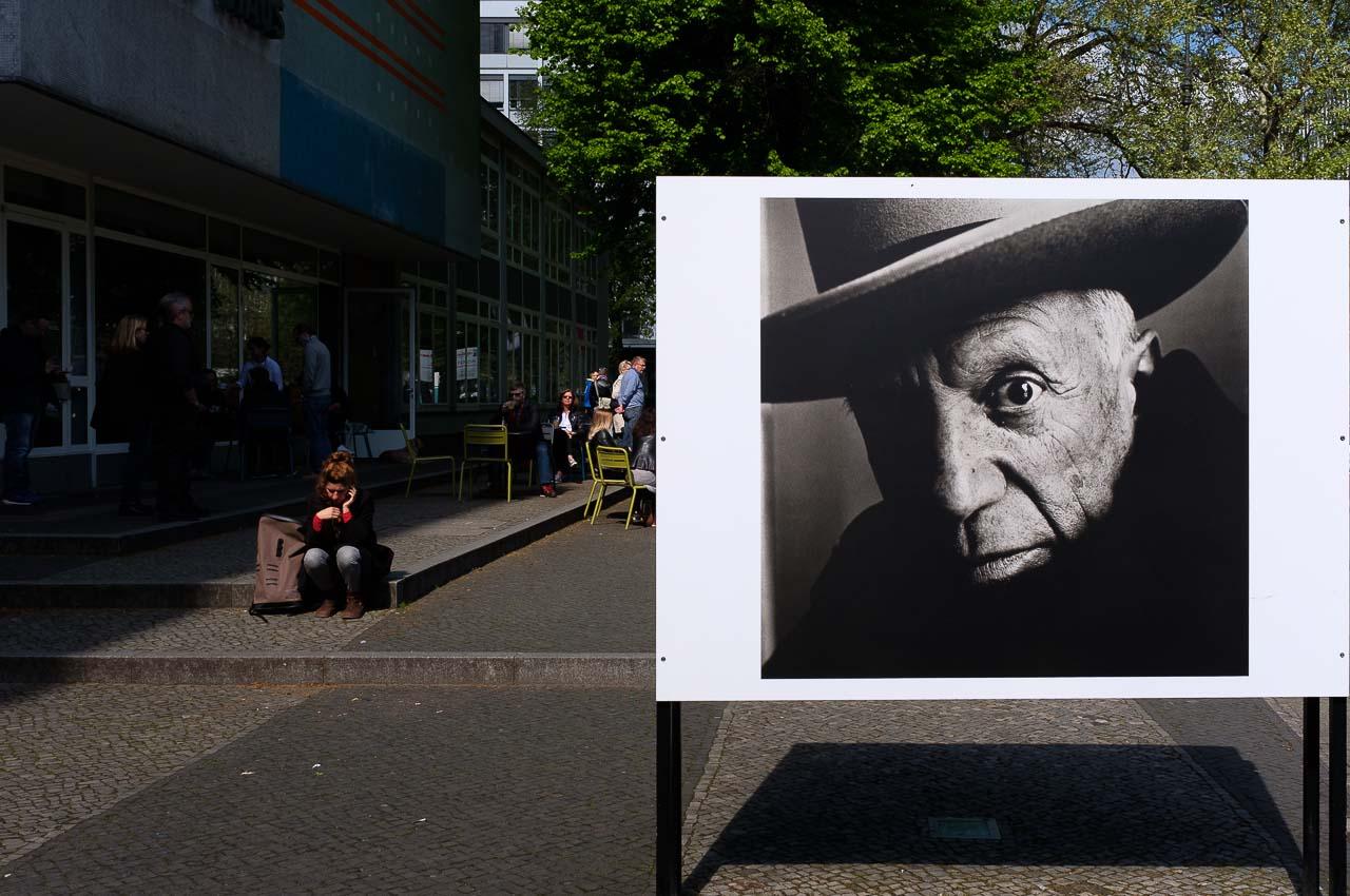 Ein Plakat mit dem Porträt von Pablo Picasso vor dem C/O Berlin wirbt für einen Besuch der Irving-Penn-Retrospektive.