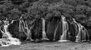 """Der Name Hraunfossar bedeutet """"Lavafälle"""". Dieser """"Multi-Wasserfall"""" im Westen Islands ist wohl einzigartig: Über eine Länge von einem Kilometer stürzen unzählige Wasserläufe direkt aus einem Lavafeld in den Fluss Hvítá."""