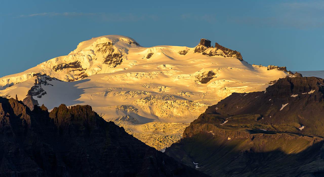 Der Hvannadalshnúkur ist mit 2.110 m der höchste Gipfel Islands. Er befindet sich im Skaftafell-Nationalpark und gehört zum Gletscher Öræfajökull, der Teil des Vatnajökull ist. Die Fotografie entstand m späten Abendlicht.