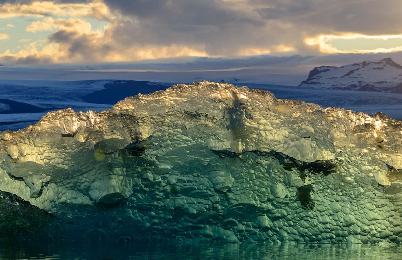 Der Anblick der Gletscherlagune verändert sich ständig, je nach Tageslicht, Jahreszeit und Wetter. Besonders eindrucksvolle fotografische Perspektiven ergeben sich bei Gegenlicht am späten Abend wie bei diesem Motiv.