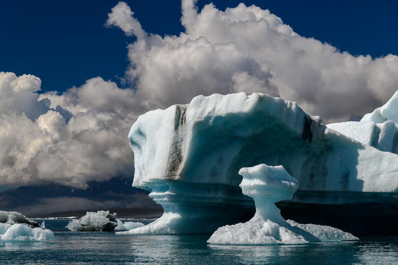 Man kann die Gletscherlagune per Amphibienboot oder Zodiac (Schlauchboot) im Rahmen einer geführten Tour erkunden. Im Zodiac kommt man den Eisbergen besonders nahe.