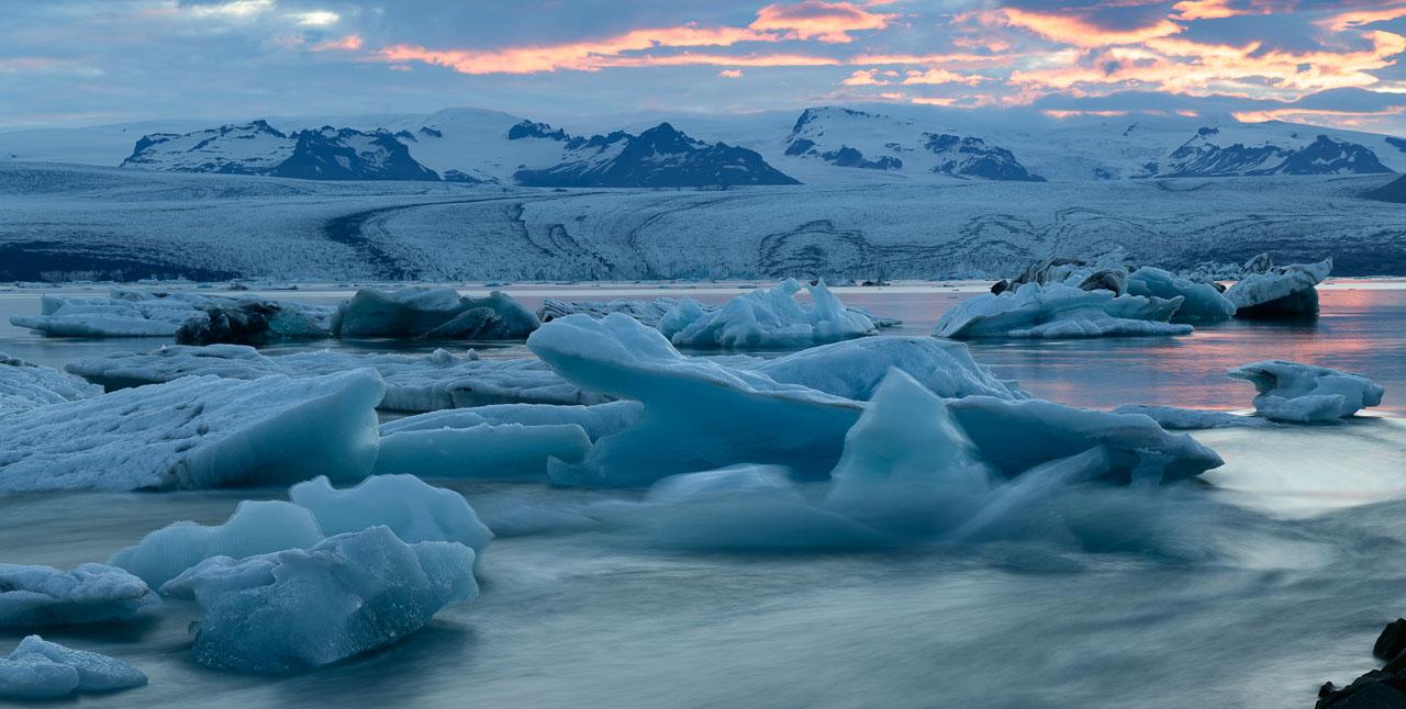 Jökulsárlón ist eine Gletscherlagune, die an den Nationalpark Vatnajökull im Südosten Islands angrenzt. Im Wasser schwimmen unzählige Eisberge des Vatnajökull-Gletschers. Die Lagune fließt durch einen kurzen Wasserlauf in den Atlantik. An diesem schmalen Kanal entstand dieses Bild, das die Dynamik der treibenden Eisberge sichtbar macht.