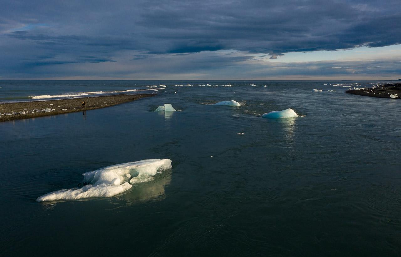 Jökulsárlón ist eine Gletscherlagune, die an den Nationalpark Vatnajökull im Südosten Islands angrenzt. Im Wasser schwimmen unzählige Eisberge des Vatnajökull-Gletschers. Sie werden an der Mündung der Lagune in den Atlantik mitgerissen, vorbei an einem schwarzen Sandstrand, dem Diamond Beach.