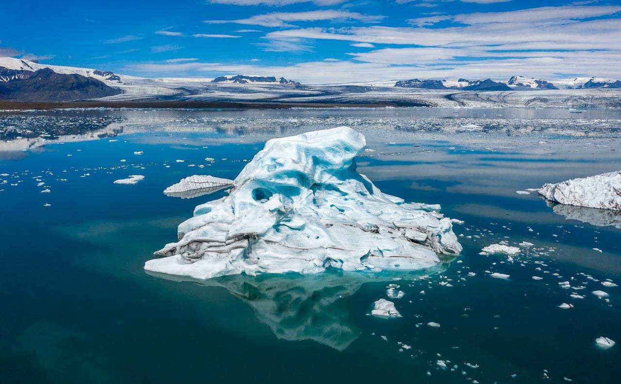 Jökulsárlón ist eine Gletscherlagune, die an den Nationalpark Vatnajökull im Südosten Islands angrenzt. Im Wasser schwimmen unzählige Eisberge des Vatnajökull-Gletschers, dessen Ausläufer im Hintergrund zu sehen ist.