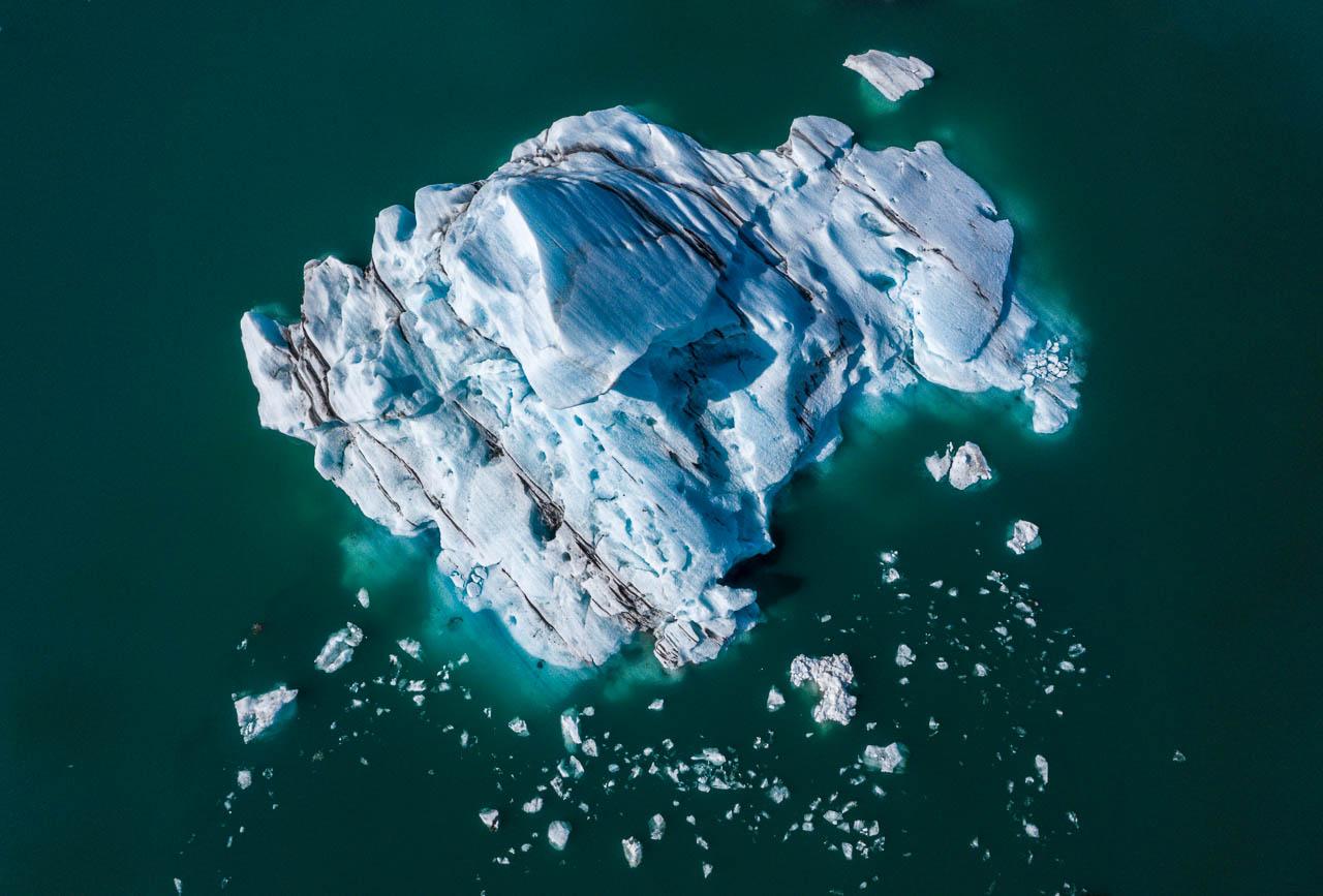 Jökulsárlón ist eine Gletscherlagune, die an den Nationalpark Vatnajökull im Südosten Islands angrenzt. Im Wasser schwimmen unzählige Eisberge des Vatnajökull-Gletschers. Einige Eisberge sind leuchtend blau, andere - wie dieser - besitzen graue Streifen von den Ascherückständen früherer Vulkanausbrüche.