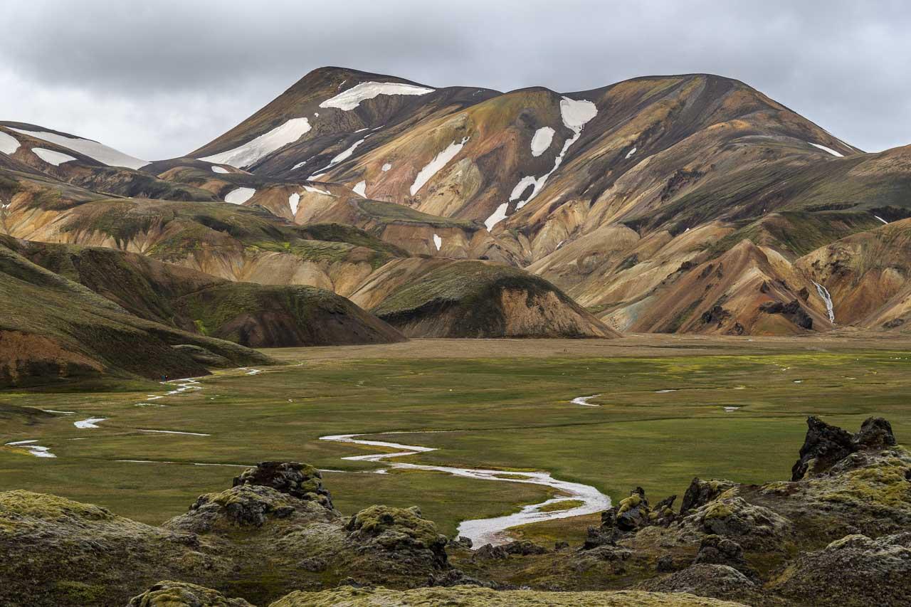 Landmannalaugar liegt im Hochland, der unwirtlichsten Gegend Islands. Der Boden ist in der Regel acht bis neun Monate im Jahr von Schnee bedeckt. Der Wind ist hier stärker und die Temperaturen niedriger als in anderen Regionen des Landes. Im Winter liegen die Temperaturen im Schnitt zwischen -5 und -10° C, im Sommer sind sie oftmals nicht höher als 10 bis 15° C.
