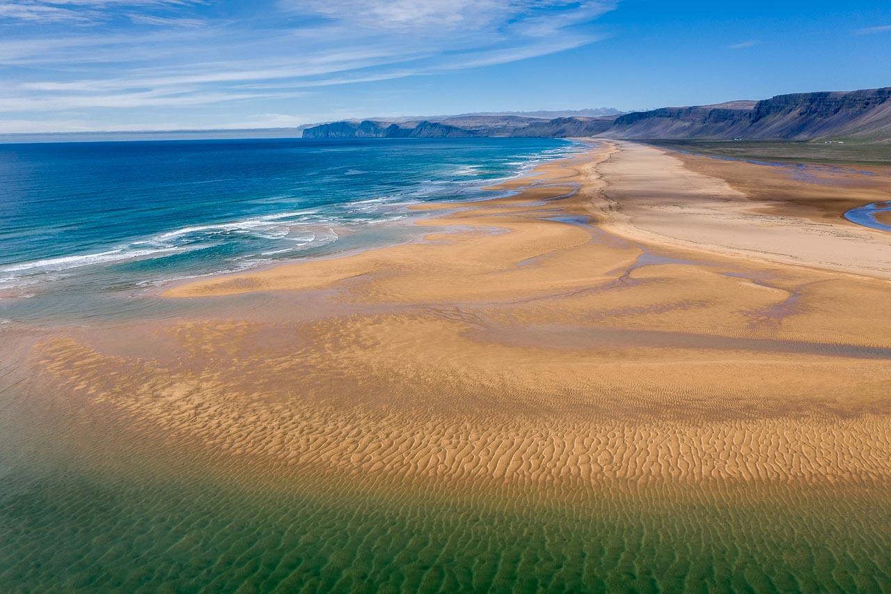 Rauðisandur - ein kilometerlanger Strand aus Muschelsand in den Westfjorden (Vestfirðir) von Island. Je nach Witterung und Sonnenintensität schimmert der Sand grau, braun, rot, gelb oder orange.
