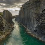 Im Osten von Island strömt der Gletscherfluss Jökla durch eine Schlucht, die mit ihren gleichförmigen, senkrecht aufragenden Basaltsäulen wie ein Kunstwerk von Menschenhand wirkt. Der Canyon Stuðlagil wurde erst 2016 entdeckt.