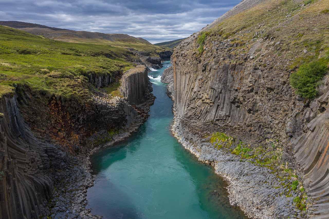 Im Osten von Island strömt der Gletscherfluss Jökla durch eine Schlucht, die mit ihren Basaltstrukturen wie ein Kunstwerk von Menschenhand wirkt. Der Canyon Stuðlagil wurde erst 2016 entdeckt.