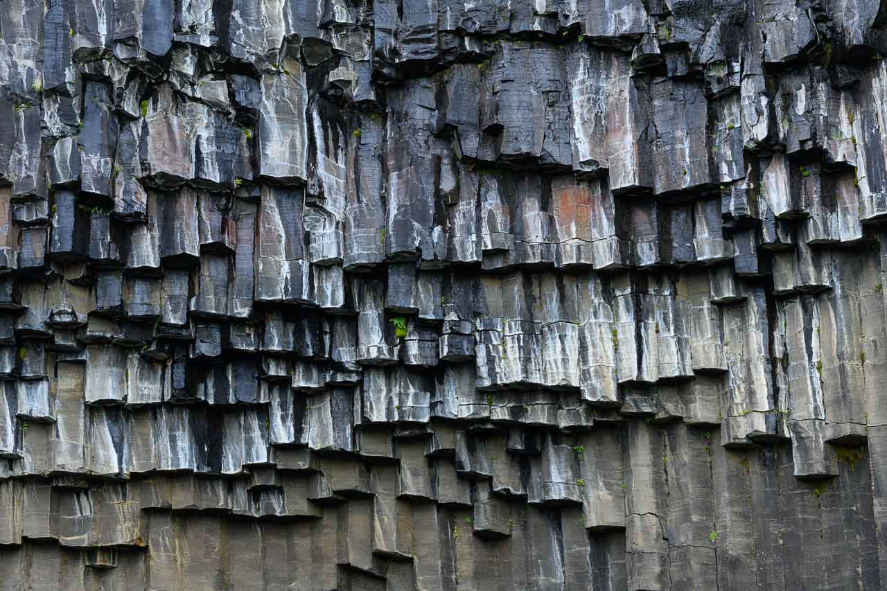 """Svartifoss, der """"schwarze Wasserfall"""", liegt im Skaftafell-Nationalpark im Südosten Islands, eingebettet in eine Schlucht mit Basaltsäulen, hier in einer Detailaufnahme."""