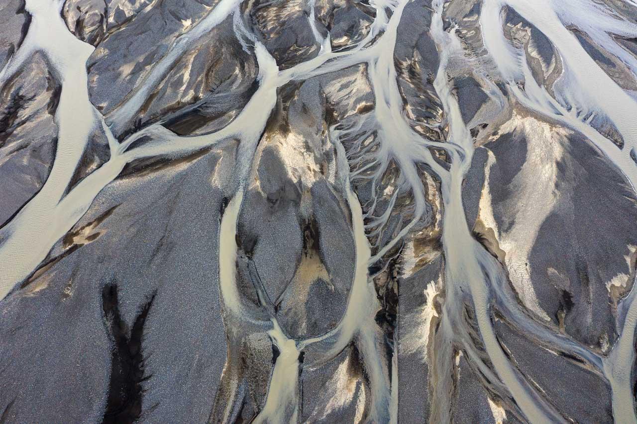 Der Fluss Markarfljót in Island entspringt im Gebirgsmassiv der Rauðufossafjöll, östlich des Vulkans Hekla. Er strömt durch enge Schluchten, bis er auf die weite Sandurebene des Südlandes in der Nähe der Þórsmörk hinaustritt. Hier entstand dieses Luftbild des Deltas.