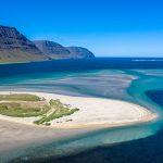 Önundarfjörður ist ein Fjord in den Westfjorden (Vestfirðir), einer Halbinsel im Nordwesten von Island. Nur aus der Vogelperspektive ist die ausgedehnte Sandbank im Inneren des Fjords zu erkennen, an dessen Nordufer der kleine Ort Flateyri liegt, hier im Hintergrund erkennbar.