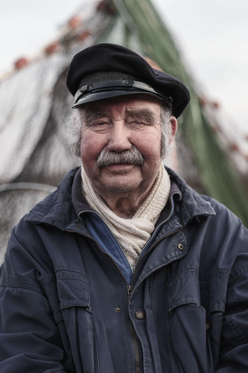 Jan Lorenz Fischer, Fischer im Ruhestand auf dem Holm in Schleswig an der Schlei. Ab und zu fährt er immer noch gerne zum Fischen auf die Schlei hinaus – ganz entspannt, denn er steht ja nicht mehr unter Erfolgsdruck. Kamera: Fujifilm GFX 100S.