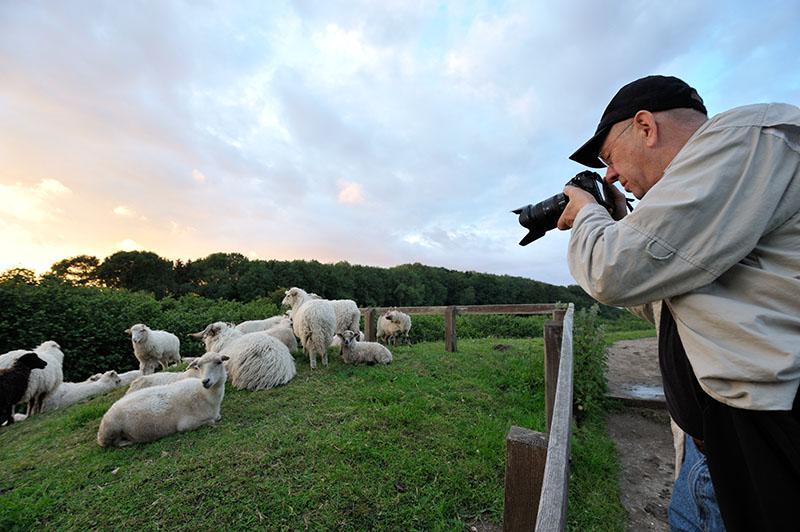 Jim Brandenburg mit Infrarot-Kamera in Haithabu bei Schleswig © Holger Rüdel www.holger-ruedel.de