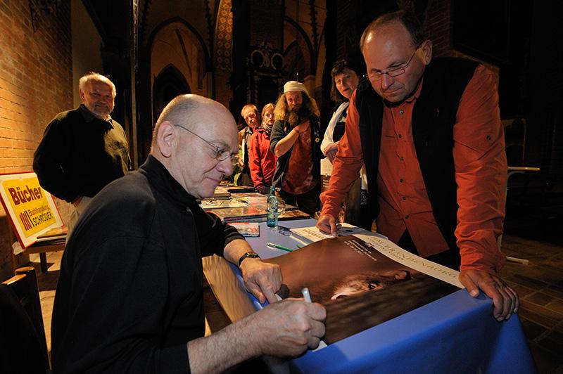Jim Brandenburg signiert Plakate mit Bruder-Wolf-Motiv im Schleswiger Dom © Holger Rüdel