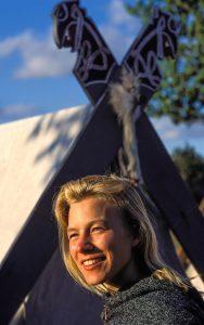 """Die Wikingergruppe """"Opinn Skjold"""" verfolgt das Ziel, das Leben der Nordmänner und Nordfrauen möglichst authentisch nachzugestalten. Mit ihrem Vorsitzenden Harm Paulsen war die Gruppe Mitinitiator der Wikingertage in Schleswig, die seit 1986 veranstaltet werden. Bei diesem Fest entstand das Porträt einer jungen Wikingerfrau von """"Opinn Skjold""""."""