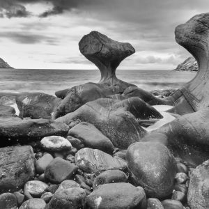 Wie eine von Menschenhand geschaffene Skulptur ragt der Fels Kannesteinen aus dem Meer hervor. Er befindet sich an der Küste der Insel Vågsøy im westlichen Norwegen. Der etwa vier Meter hohe Stein wurde im Laufe der Zeit durch die Gewalt des Meeres geformt. Digitale Infrarotaufnahme.
