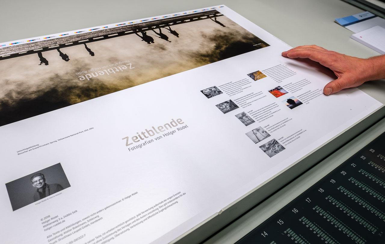 """Der Katalog """"Zeitblende. Fotografien von Holger Rüdel"""" wird im Druckhaus Leupelt in Handewitt gedruckt."""