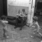 Szene aus einem von Studenten gegründeten Kinderladen in Kiel 1970. Die Kinderläden, die um 1970 flächendeckend in Westdeutschland existierten, waren ein Ergebnis der 68er-Bewegung mit ihrer Forderung nach antiautoritärer Erziehung.