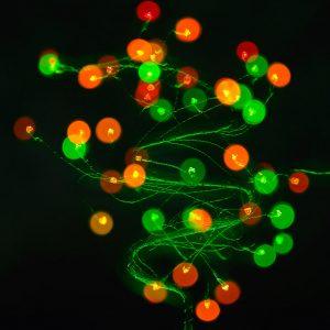 Ein kleiner künstlicher Weihnachtsbaum aus Drahtgeflecht mit farbigen LED-Leuchten bildete das Motiv dieser Mehrfachbelichtung.