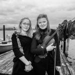 Olivia Wuttke (Klarinette) und Emilie Zwahr (Violine) sind Mitglieder des Landesjugendorchesters Schleswig-Holstein. Das Bild entstand am Ufer der Schlei in der Fischersiedlung Holm in Schleswig.