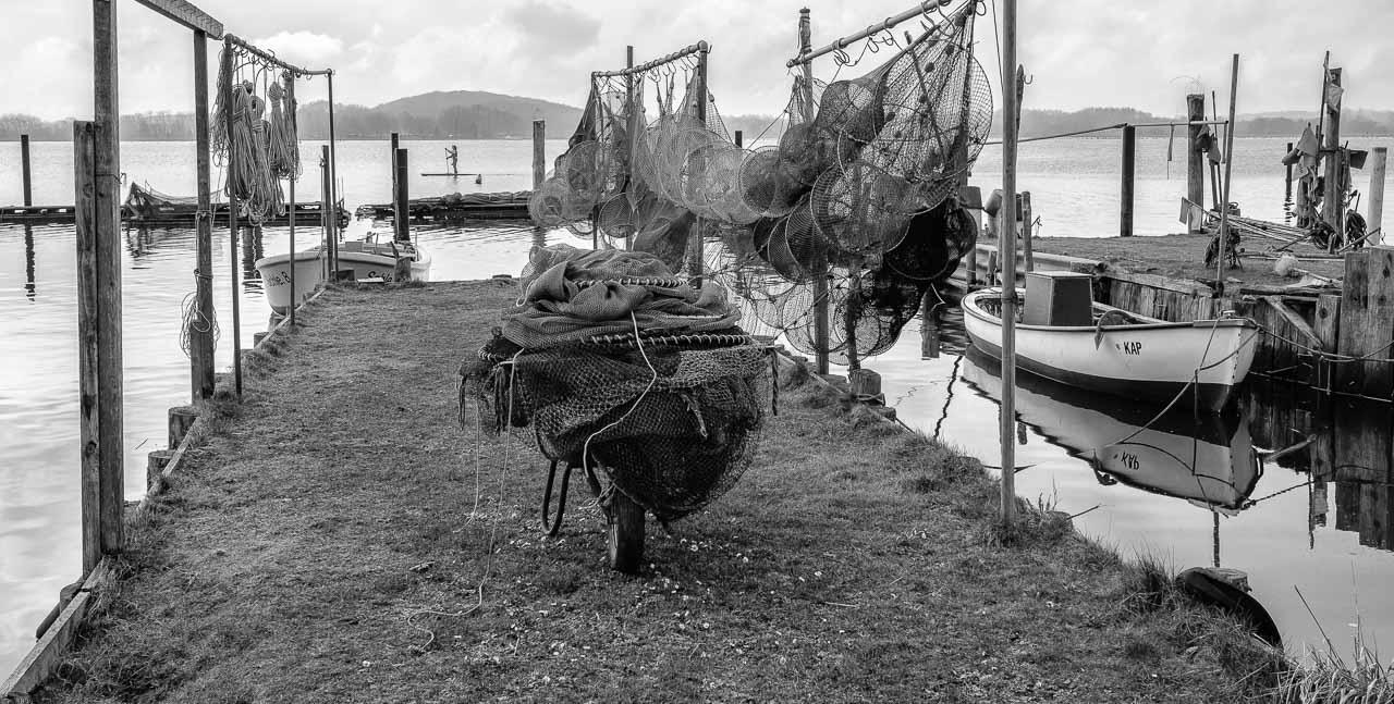 Die Landungsbrücken am Holmer Strand sind grasbewachsene Anleger der Schleswiger Fischer. Hier machen sie seit Jahrhunderten ihre Boote fest und lagern ihr Material. Durch schwimmende Pontons sind einige der Landungsbrücken im Laufe der Zeit erweitert worden.