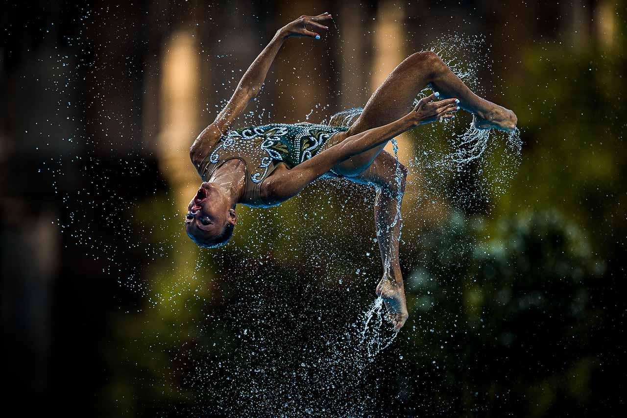 26. Juli 2017: Eine Athletin vom Team Griechenland wird beim Team-Wettbewerb im Synchronschwimmen der FINA World Championships in Budapest aus dem Wasser geworfen. Foto: Lukas Schulze / FINA / Nikon
