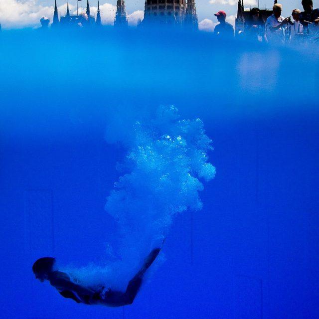 28. Juli 2017: Adriana Jimenez aus Mexiko springt bei den FINA World Championships im High Diving in den Pool. Die Distanz zum Budapester Parlament im Hintergrund beträgt etwa 550 Meter Luftlinie. Foto: Lukas Schulze / FINA / Nikon