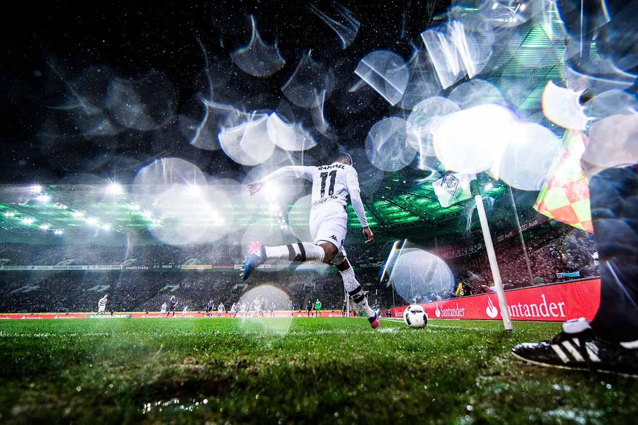 4.3.2017: Raffael von Borussia Mönchengladbach schießt bei strömendem Regen einen Eckstoß. Die Wassertropfen auf der Linse geben dem Betrachter das Gefühl, hautnah dabei zu sein. Foto: Lukas Schulze/Bundesliga/Bongarts/Getty Images