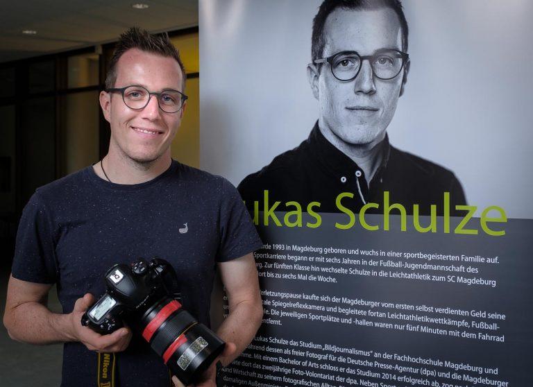 """Der Sportfotograf Lukas Schulze in der Galerie der Sparkassenstiftung Schleswig-Holstein in Kiel. Vom 10.8. bis 30.10.2020 ist dort seine Ausstellung """"Der entscheidende Moment"""" zu sehen."""