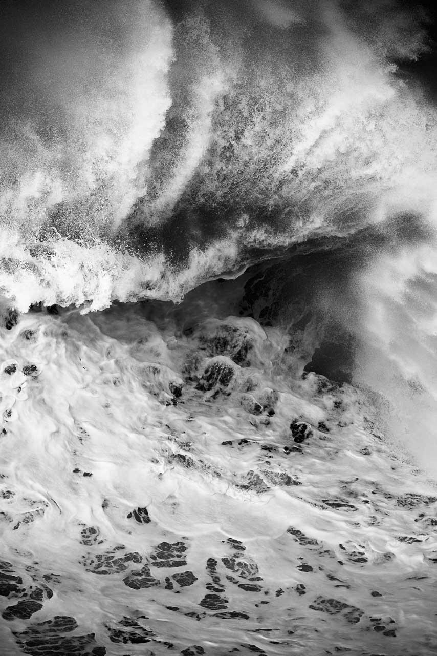 """Eine Riesenwelle rollt an die portugiesische Atlantikküste. Aus der Serie """"Macaréu"""", 2016."""