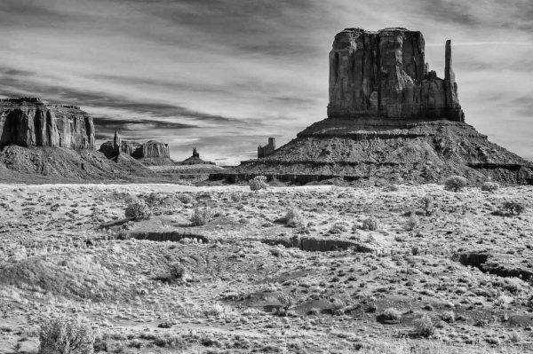 Die Tafelberge Sentinel Mesa (links) und West Mitten Butte