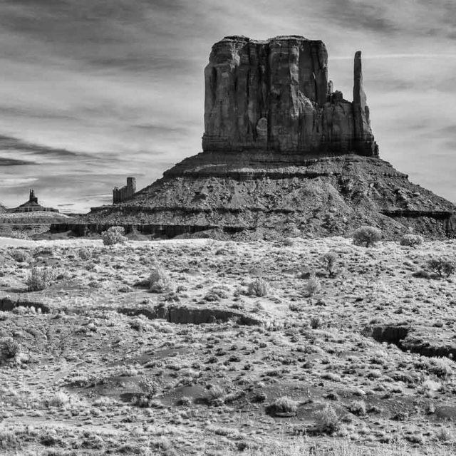 Die Tafelberge Sentinel Mesa (links) und West Mitten Butte im Monument Valley