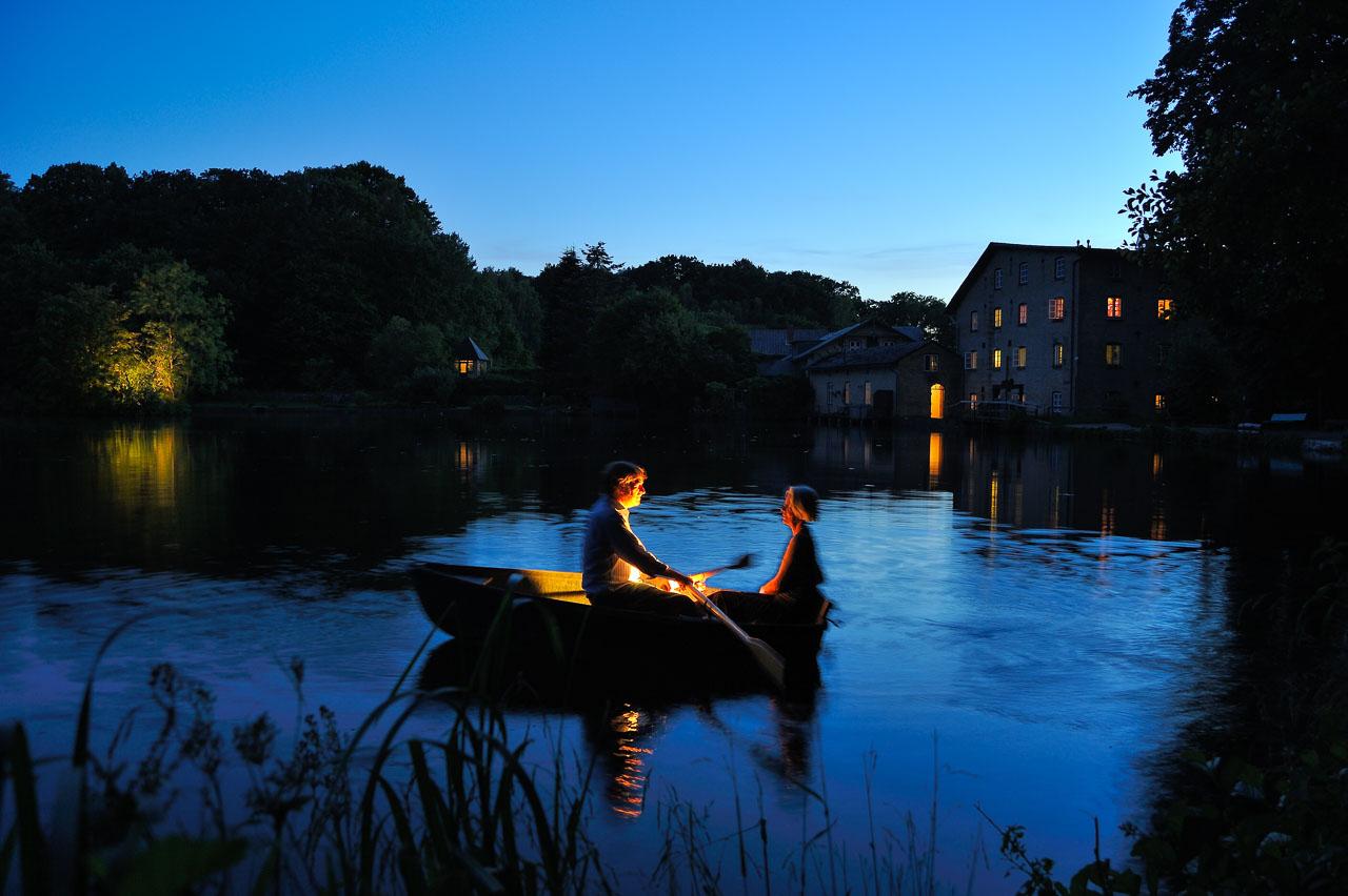 Die Selker Mühle besitzt eine jahrhundertelange Tradition. Hier inspiziert der Mühlenbesitzer zusammen mit seiner Frau seinen Teich im magischen Licht eines späten Sommerabends.