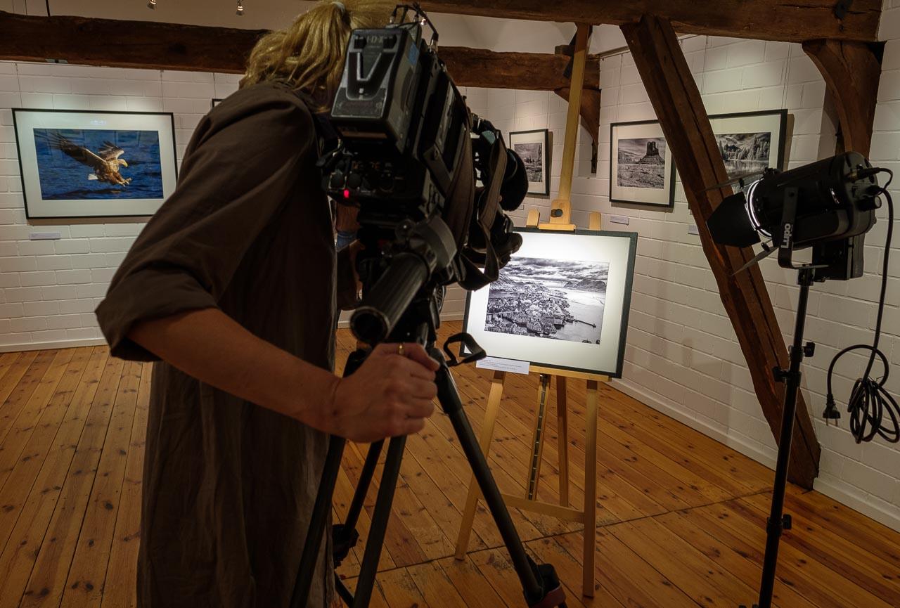 """Am 13.12.2018 drehte ein Team des Senders N3 einen Film über die Ausstellung """"Zeitblende. Fotografien von Holger Rüdel"""" für das Schleswig-Holstein-Magazin des NDR."""