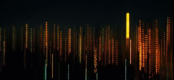 Diese authentische, nicht digital erzeugte Nachtaufnahme von Hochhäusern in der Upper East Side von Manhattan direkt am New Yorker Central Park entstand mit einem Shift-Objektiv, das bei langer Belichtungszeit vertikal verstellt wurde.