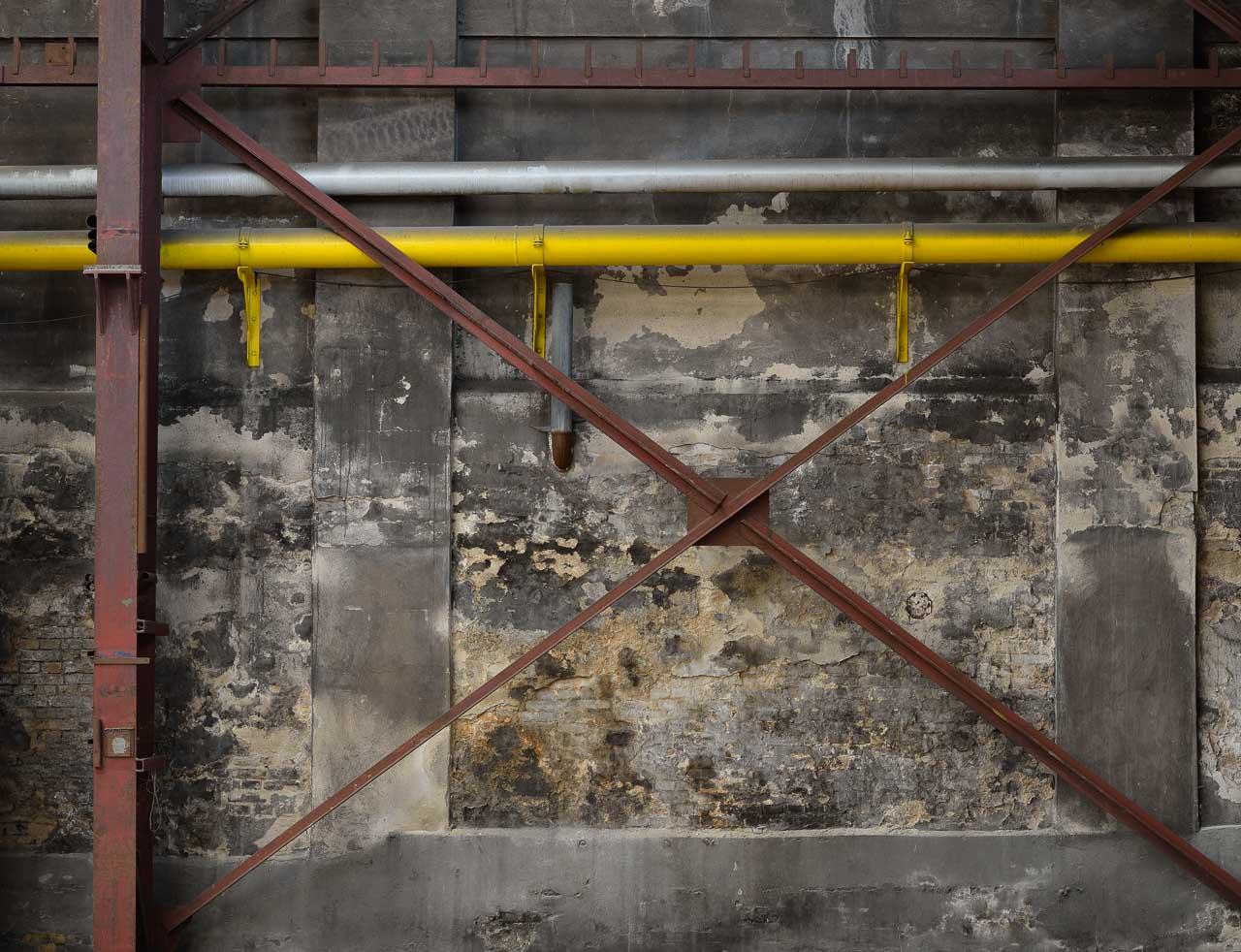 Eine Wand in der ehemaligen Eisengießerei Carlshütte als Symbol der Industriekultur