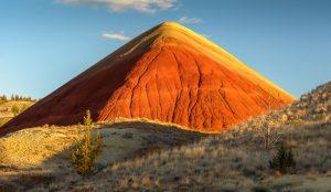 """Die Painted Hills sind eines der """"sieben Wunder"""" des Bundesstaates Oregon im Nordwesten der USA. Die einzigartigen Farben der Erdschichten entstanden vor mehr als 35 Millionen Jahren durch Vulkanausbrüche und Klimaveränderungen. Das Bild zeigt den Red Hill, der inmitten der Painted Hills wie eine Pyramide aufragt."""