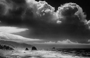 Blick auf die Pazifikküste bei Cannon Beach (US-Bundesstaat Oregon) vom Oregon Coast Highway. Das Bild wurde mit einer digitalen Infrarot-Kamera aufgenommen.