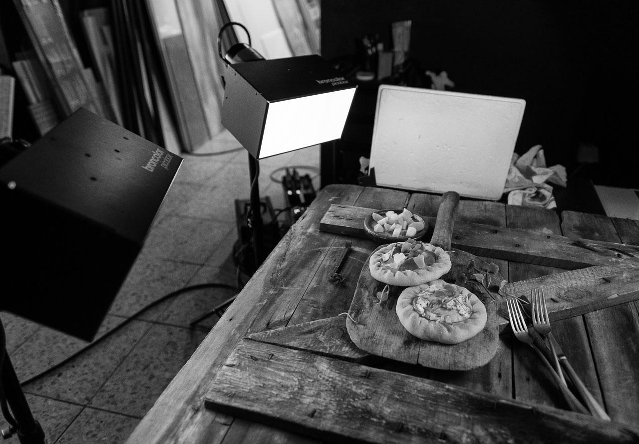 """Produktion von Food-Fotografien, hier mit Wikinger-Flintbrød, für die Ausstellung """"das LebensMittel"""" von Peter Rathmann in seinem Studio in Ascheffel (Schleswig-Holstein) unter Mitwirkung von FEINHEIMISCH Genuss aus Schleswig-Holstein e. V."""