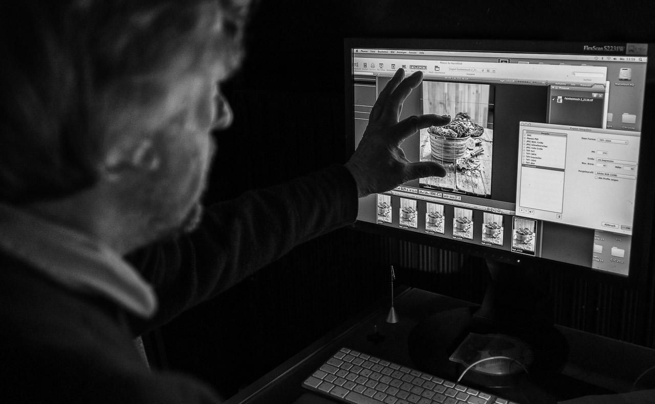"""Produktion von Food-Fotografien für die Ausstellung """"das LebensMittel"""" von Peter Rathmann in seinem Studio in Ascheffel (Schleswig-Holstein) unter Mitwirkung von FEINHEIMISCH Genuss aus Schleswig-Holstein e.V. Hier prüft Peter Rathmann die eben erstellten Aufnahmen auf dem Monitor."""