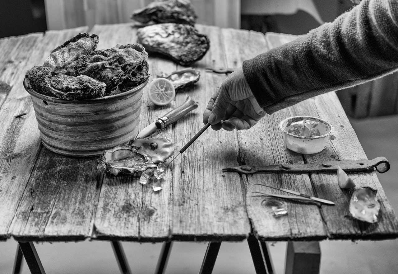 """Produktion von Food-Fotografien, hier mit Wildaustern, für die Ausstellung """"das LebensMittel"""" mit Arbeiten von Peter Rathmann in seinem Studio in Ascheffel (Schleswig-Holstein) unter Mitwirkung von FEINHEIMISCH Genuss aus Schleswig-Holstein e.V."""