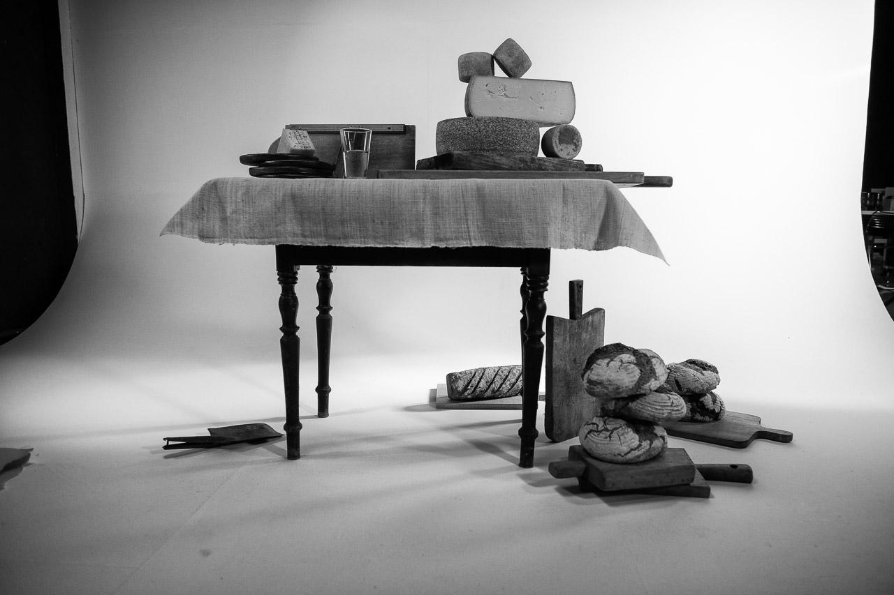 """Produktion von Food-Fotografien, hier mit Käse vom Hof Backensholz, für die Ausstellung """"das LebensMittel"""" von Peter Rathmann in seinem Studio in Ascheffel (Schleswig-Holstein) unter Mitwirkung von FEINHEIMISCH Genuss aus Schleswig-Holstein e. V."""