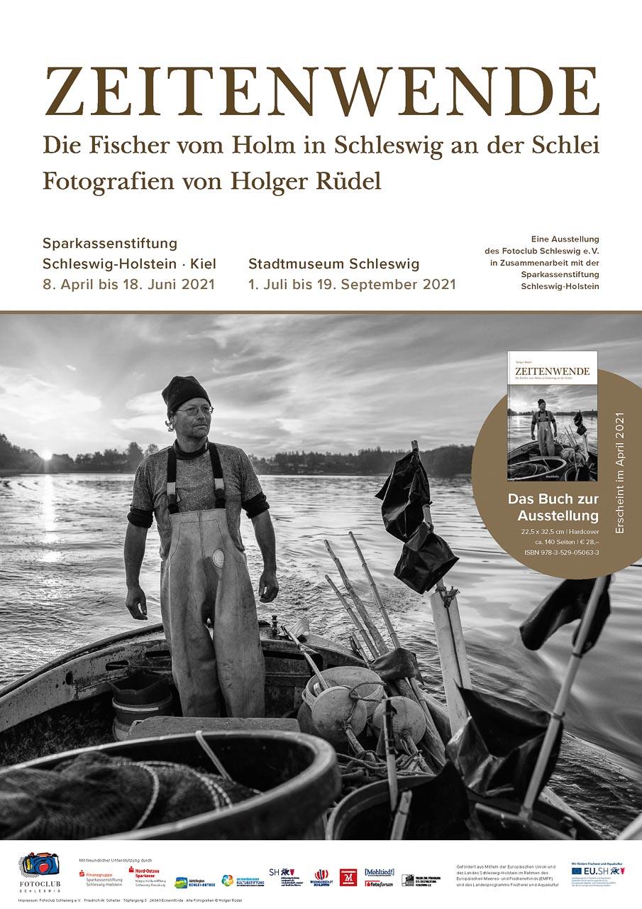 """Plakat zur Ausstellung """"Zeitenwende. Die Fischer vom Holm in Schleswig an der Schlei. Fotografien von Holger Rüdel"""""""