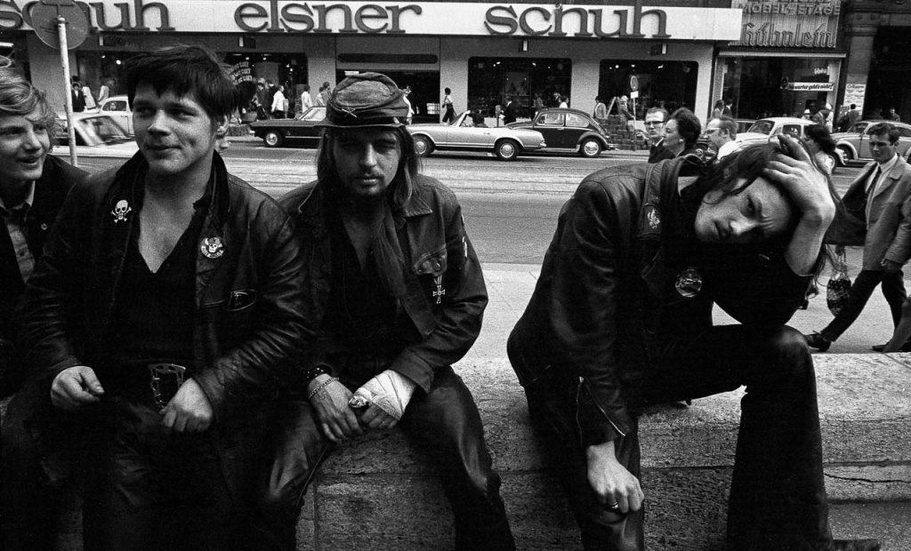 Rocker mit Hells-Angels-Abzeichen am Hamburger Mönckebergbrunnen im April 1971