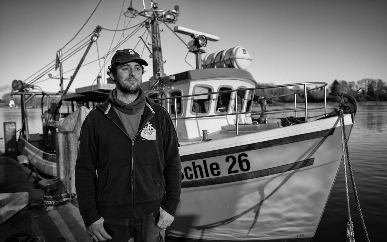 """Christian Ross ist der jüngste unter den Fischern vom Holm in Schleswig an der Schlei. Er fischt am liebsten allein auf dem Kutter """"Schle 26"""" auf der Ostsee. Hier steht Christian Ross am Liegeplatz des Schiffes im Hafen von Kappeln."""