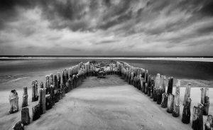 Alte Holzbuhne am Strand von Rantum bei Niedrigwasser. Sie soll wie die anderen historischen Buhnen auf Sylt entfernt werden. Diese Nachricht löste auf der Insel einen Sturm der Empörung aus. Die Forderung: Die alten Holzbuhnen müssen als ein Stück Sylter Geschichte erhalten bleiben.