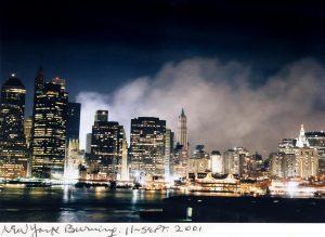 Am 11. September 2001 wurde Tony Vaccaro Augenzeuge der Terroranschläge in New York. Am Abend dieses Tages fotografierte er die in Rauch gehüllte Skyline von Manhattan vom gegenüberliegenden Ufer in Brooklyn. © Tony Vaccaro