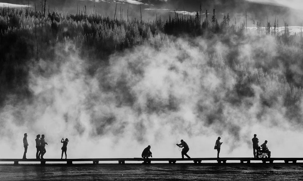 Gegenlicht am Grand Prismatic Spring im Yellowstone National Park in den USA lässt die Besucher wie Akteure eines Schattentheaters erscheinen.